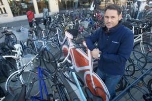 4640209-cyklister-tnder-for-alarmen--